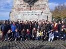 Gruppenfoto vor dem Monument in Bailleul_1